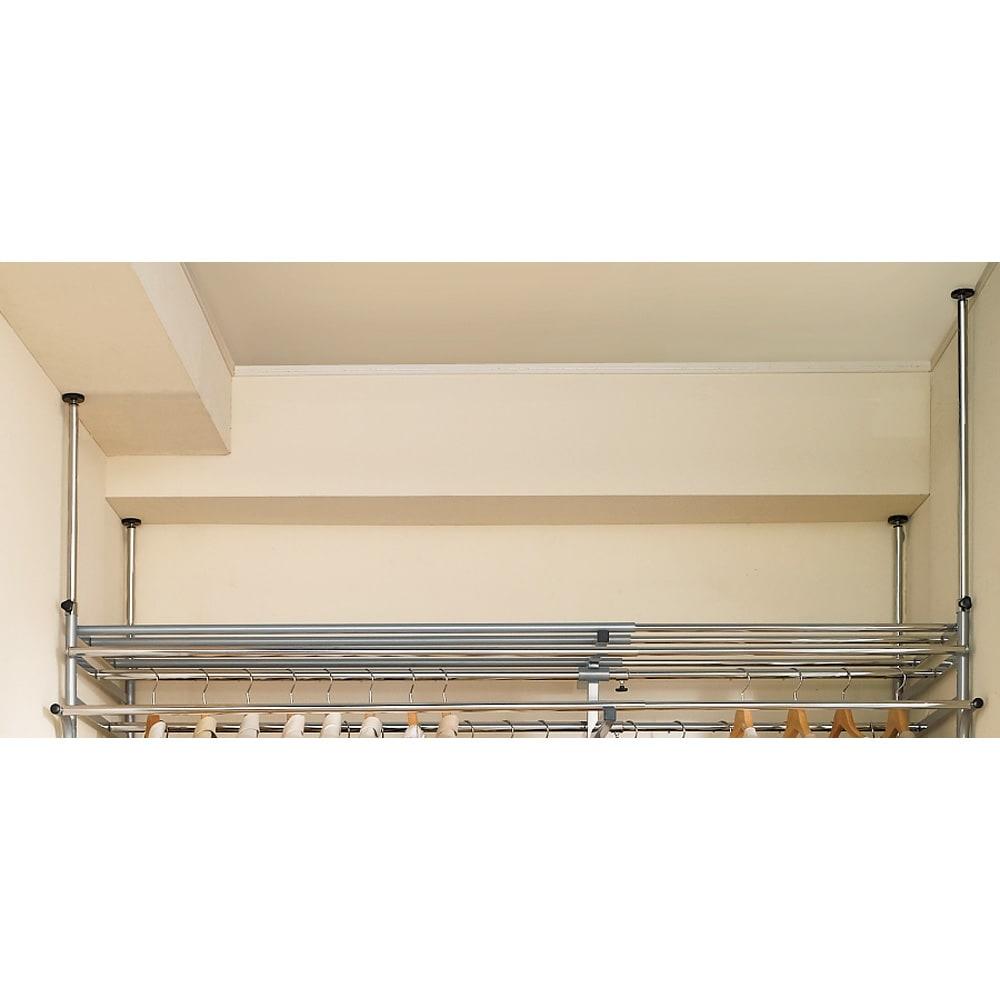 奥行79cm 上下カーテン付き突っ張り頑丈ハンガーラック ハイタイプ・【ワイド】幅260~340cm対応 支柱の突っ張りは4本別々に高さが変えられるので、天井の段差や両側の梁にも対応します。