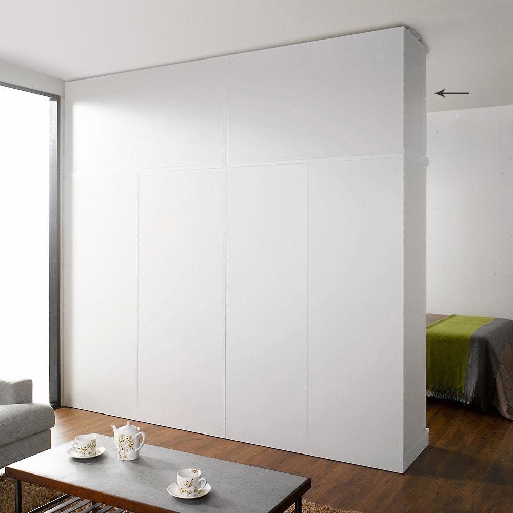 引き戸間仕切りワードローブ 幅118cm用「オーダー上置き」 ホワイトの間仕切りだと、まるで部屋の壁面みたいです。 ホワイト本体(別売)の上に上置きを設置して撮影しています。