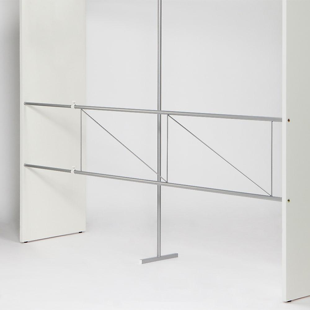 カーテン取り替え自在ハンガーラック 棚付きタイプ・幅128~205cm 背面に補強があり、ぐらつきを抑えてしっかり支えます。