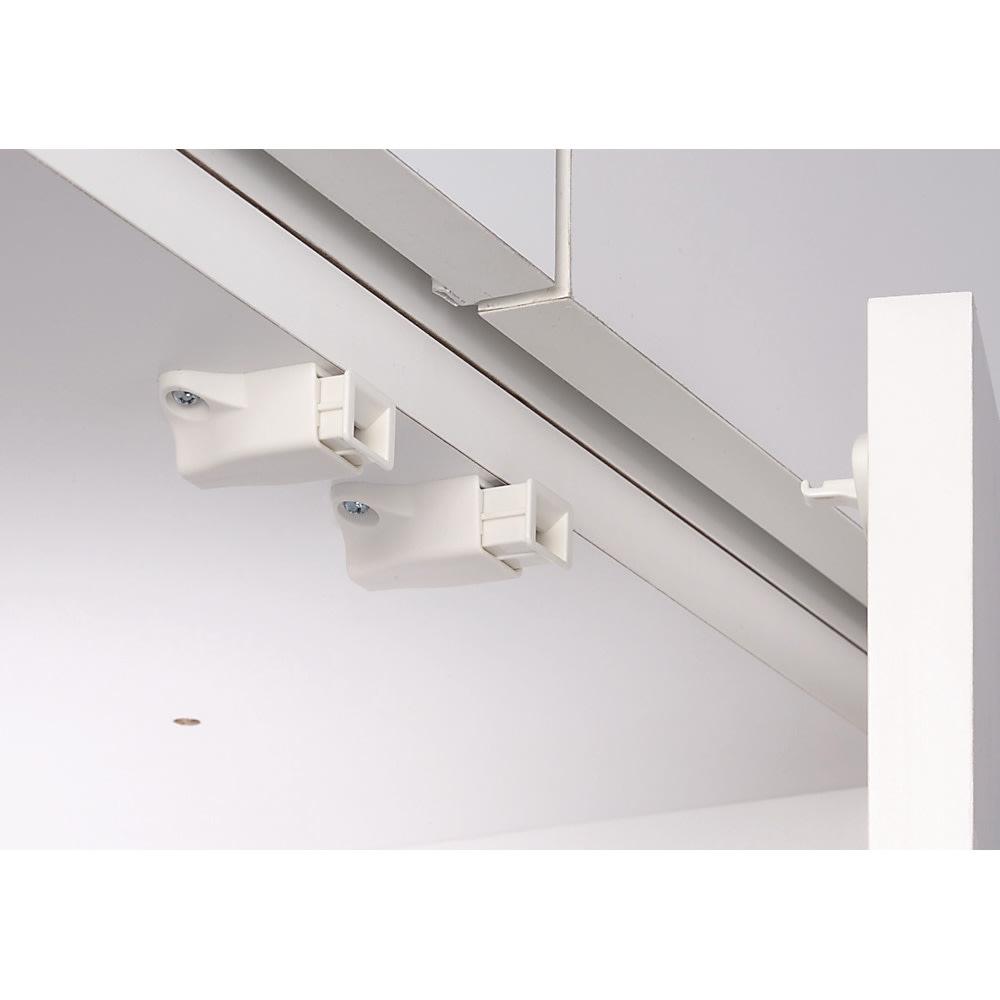 梁避け対応システムユニット 上置き 奥行34cm (天井突っ張り式) プッシュラッチ 扉には振動で開きにくいプッシュラッチ。押すだけで簡単に扉が開閉できます。