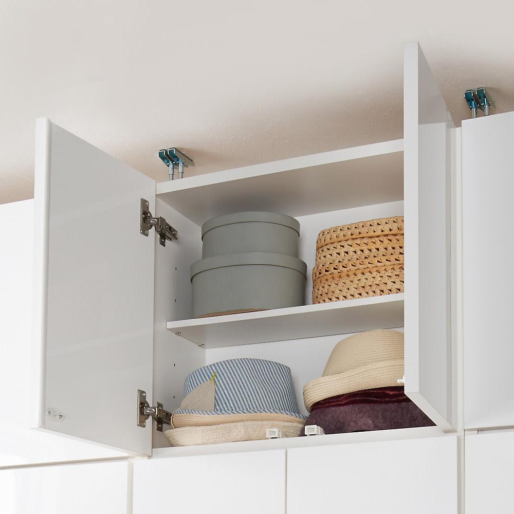梁避け対応システムユニット 上置き 奥行44cm (天井突っ張り式) 収納イメージ…帽子やバッグなどのファッション小物や、出番の少ないモノの収納場所にぴったり。
