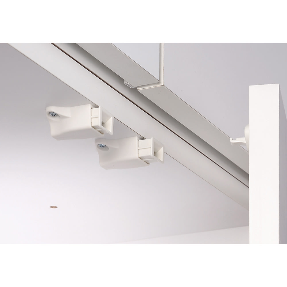 梁避け対応システムユニット 上置き 奥行44cm (天井突っ張り式) プッシュラッチ 扉には振動で開きにくいプッシュラッチ。押すだけで簡単に扉が開閉できます。