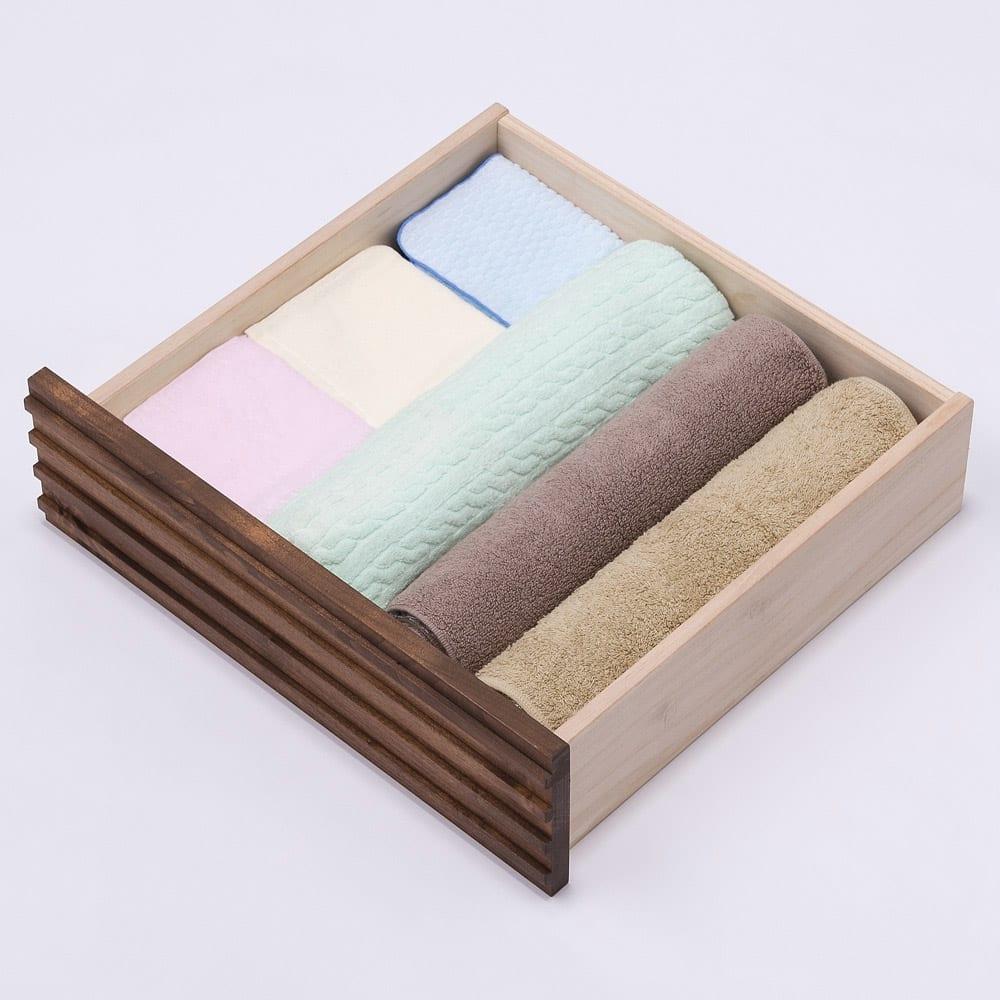 天然木横格子柄のローチェスト 幅60cm・4段 浅引き出しには下着やタオルなどを収納して。