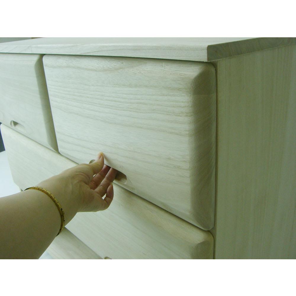 【衣類に優しい押し入れ収納】総桐スライドレール 押し入れタンス 4段ワイド 高さ75cm奥行75cm 前板を彫り込んだ取っ手です。ここに手を掛けて引き出しを開閉します。