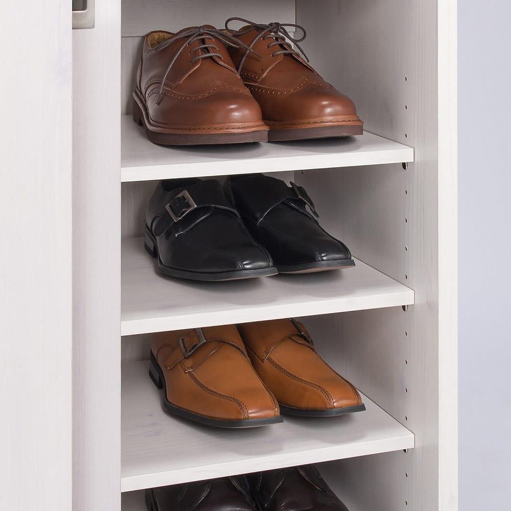 省スペース大量収納引き戸ルーバーシューズボックス 幅120cm 収納部奥行内寸32.5cm。ロングノーズのメンズシューズや運動靴も収納できます。