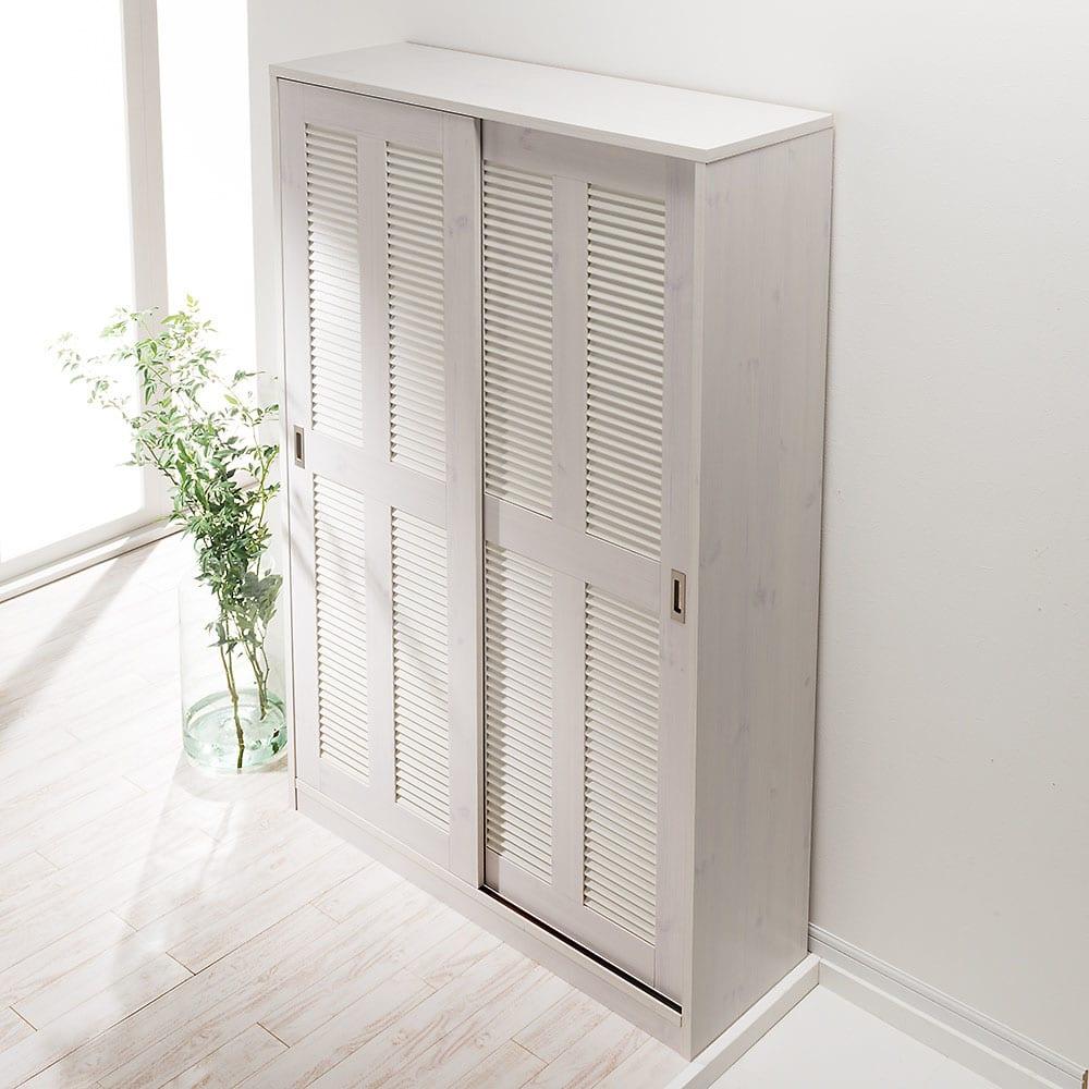 省スペース大量収納引き戸ルーバーシューズボックス 幅120cm 使用イメージ(ア)ホワイト木目 天板は美しく化粧されております。