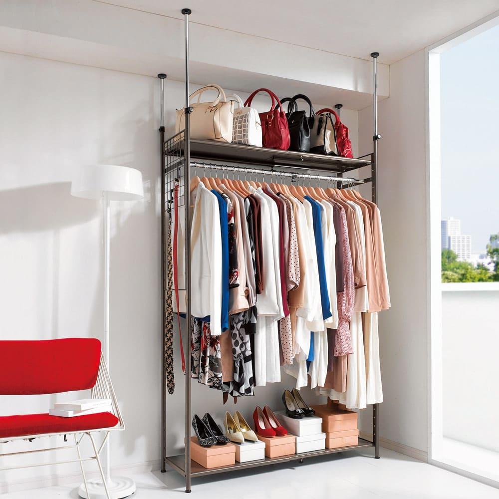 頑丈フレキシブル伸縮ラック 突っ張り式・幅83~125cm (ア)ダークブラウン 部屋の空間に合わせて幅が変えられるクローゼットハンガーラック。天井の梁にも対応できるつっぱりタイプです。