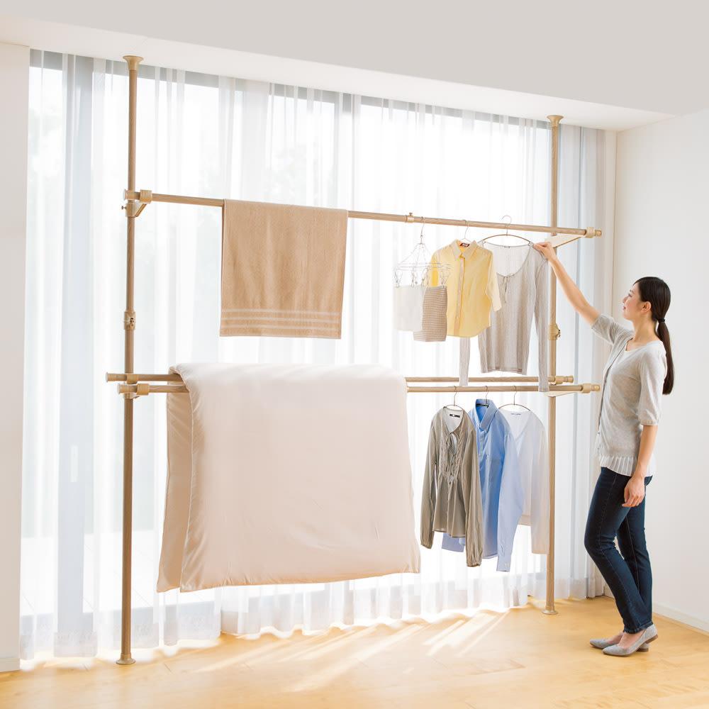 取付簡単窓枠突っ張り物干し 伸縮竿3本付き (ウ)ナチュラル木目 幅をとるシーツやバスタオルもラクラク。2本を使って布団を干せば風通しも◎。