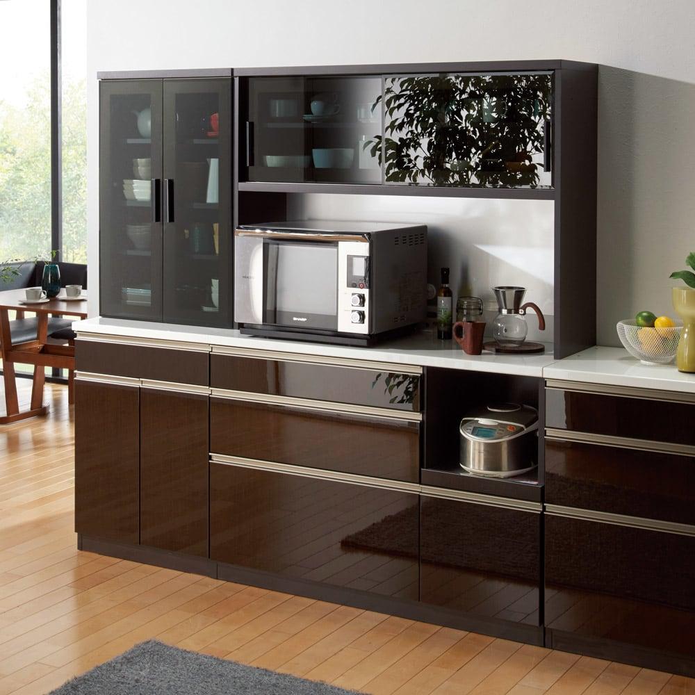 高機能 モダンシックキッチン キッチンボード 幅120奥行51高さ178cm コーディネート例【シリーズ商品使用イメージ】 ダイニングルームに設置してもインテリアを損なわないこだわりのデザイン。