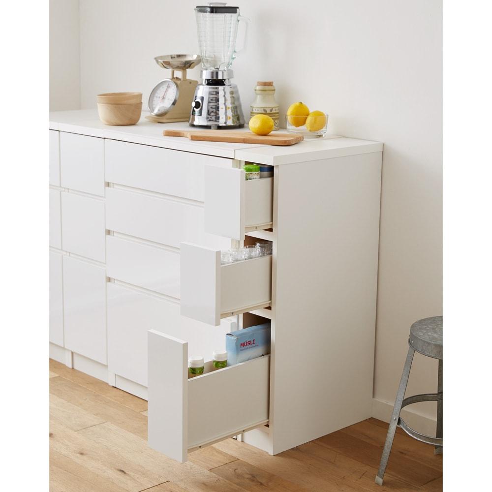 組立不要 サイズが選べる多段すき間チェスト 幅15cm・ロータイプ  キッチンの隙間や空きスペースを有効活用できる収納チェストです。
