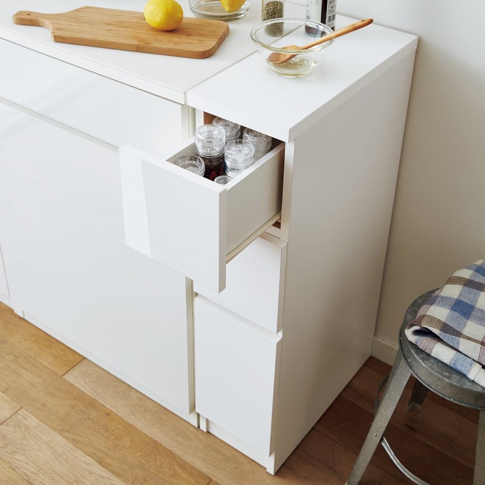 組立不要 サイズが選べる多段すき間チェスト 幅20cm・ロータイプ キッチンの隙間や空きスペースを有効活用できる収納チェストです。