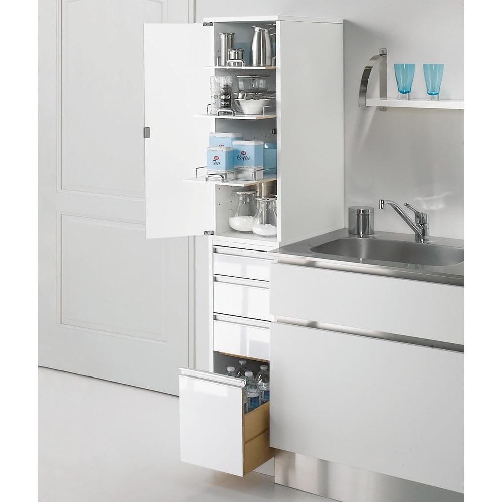 上品な清潔感のあるアクリル扉のキッチンすき間収納 幅20cm・奥行55cm (左開き) ※写真は幅30cm奥行55cmタイプです。