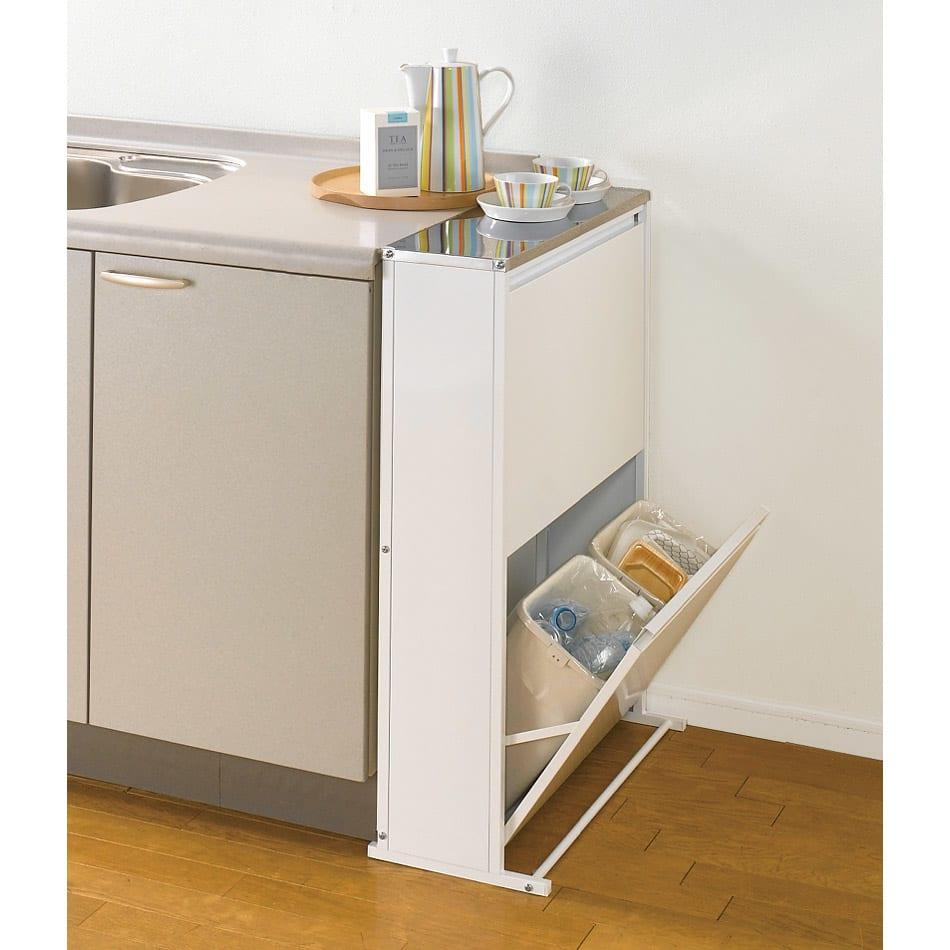 ステンレス天板ダストボックス 横型4分別 使用イメージ(ア)ホワイト 熱に強く清潔なステンレス天板仕様のゴミ箱。