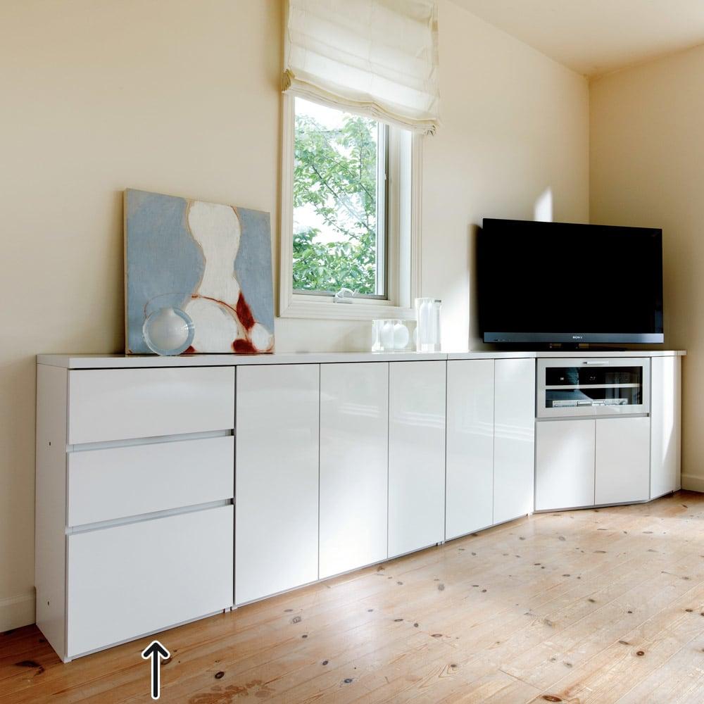 ダイニングテーブルから見やすいハイタイプテレビシリーズ  薄型サイドチェスト幅44.5cm コーディネート例。同シリーズを組み合わせれば、壁一面がまるで作り付けのような収納に早変わり。