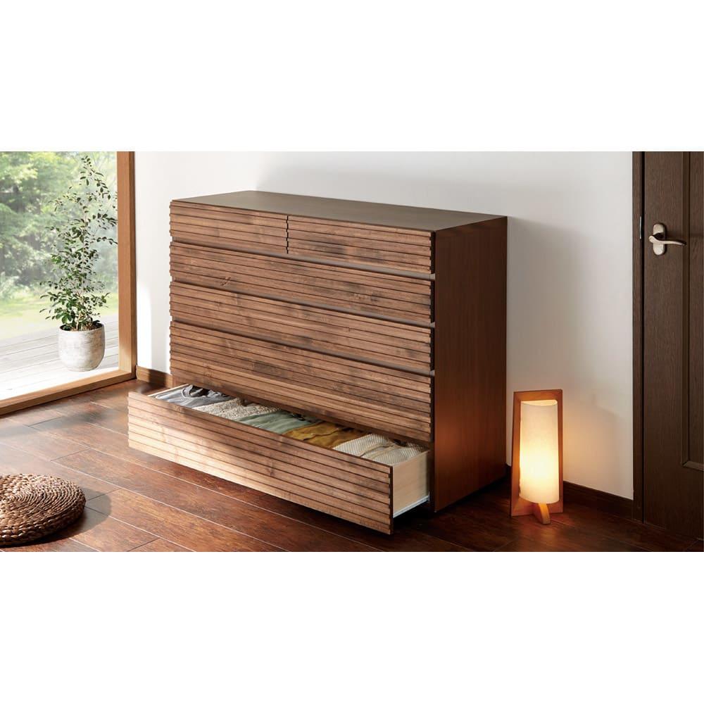 天然木横格子柄のローチェスト 幅90cm・5段 (使用イメージ)※写真は幅120cm・5段タイプです。
