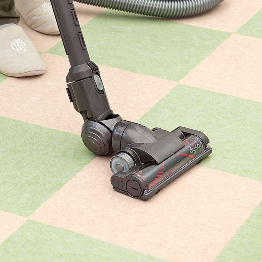 カテキン消臭&はっ水 おくだけ吸着タイルマット 大判タイルマット(60×45cm) ズレにくく、つまずきにくい。 裏面は、特殊吸着加工で吸盤のようにピタッと貼りつくから、掃除機をかけてもはがれません。何度も繰り返し使えるエコ仕様。