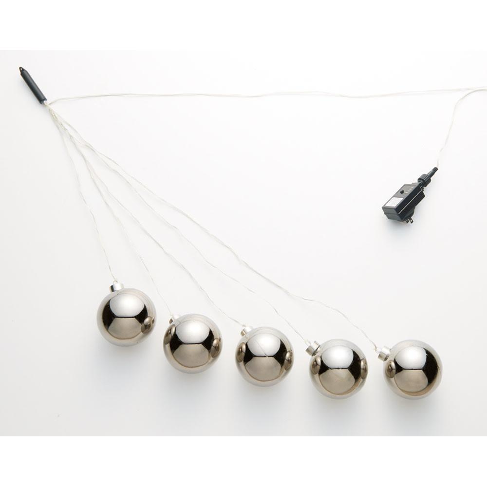 LEDガーランド入りボール「アメージング」 ボール1個ずつのワイヤーの長さが違うので、自然と動きが出ておしゃれなディスプレイに。
