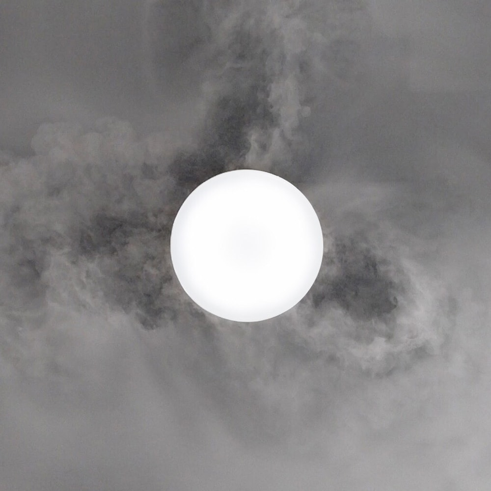 羽根のないシーリングライト LEDスマートシーリングファン 「UZUKAZE」 周囲の空気を吸い込み、同時に送風も行うので本体の周囲に「空気の渦」を作り出しお部屋をサーキュレーションします。
