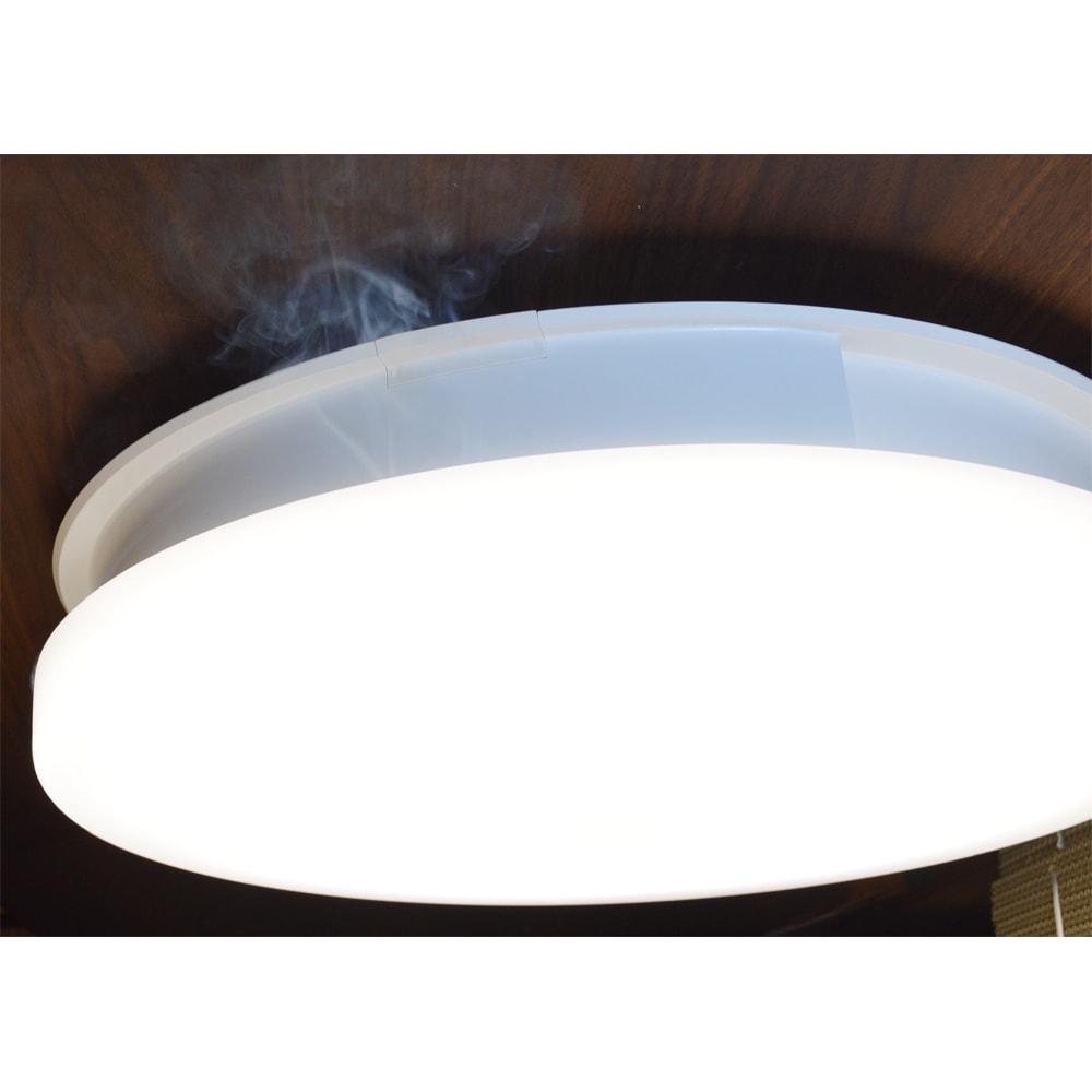 羽根のないシーリングライト LEDスマートシーリングファン 「UZUKAZE」 本体上部から空気を吸い込む様子