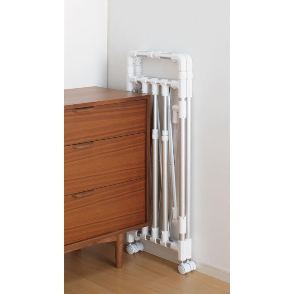 ミニマムビッグ物干し シルバー・キャスター付(室内用) 収納時の薄さ約8cmなので、すき間に収納可能。