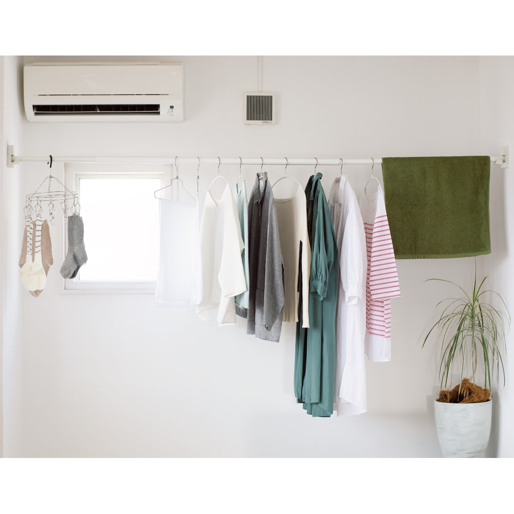 ピンで取り付ける壁付け物干し (イ)ホワイト 最大260cmに。コーナーだけでなく、通常の突っ張りのように壁に垂直にしても使えます。