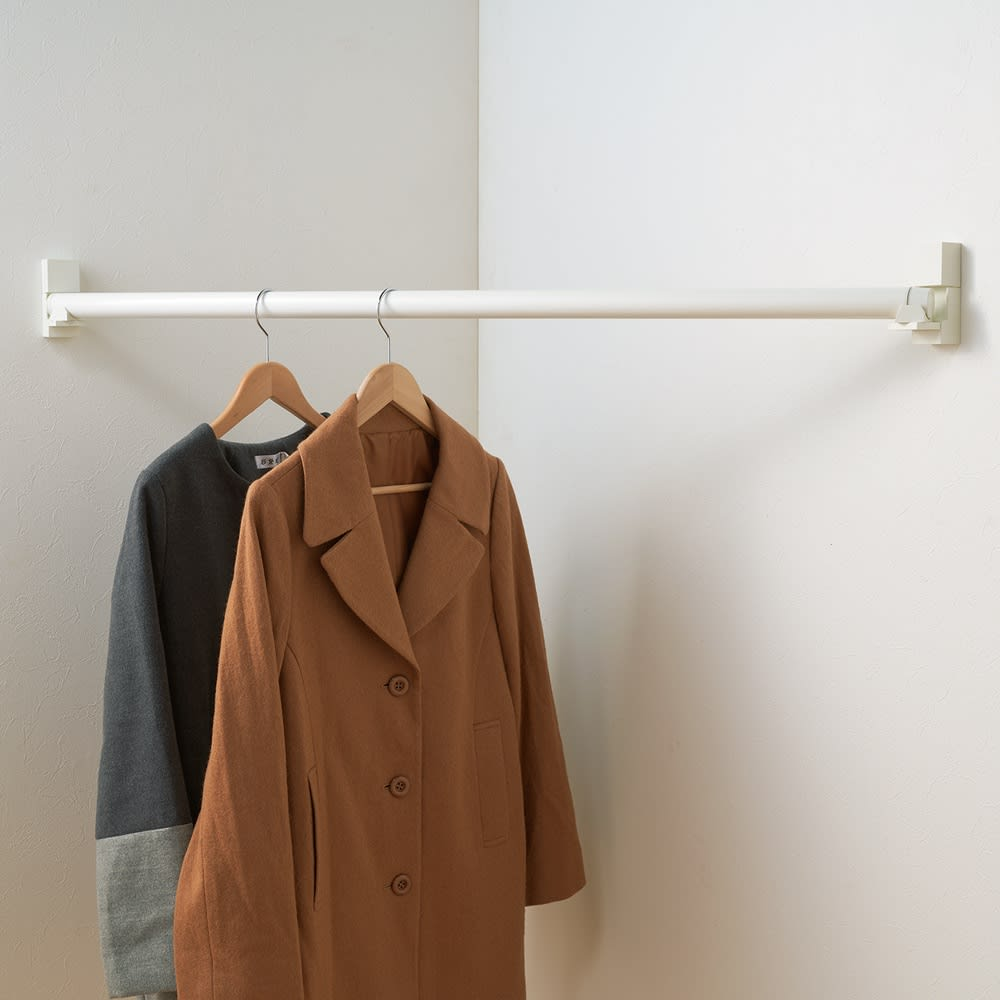 ピンで取り付ける壁付け物干し 伸縮竿を短くして洋服かけとしても使えます。