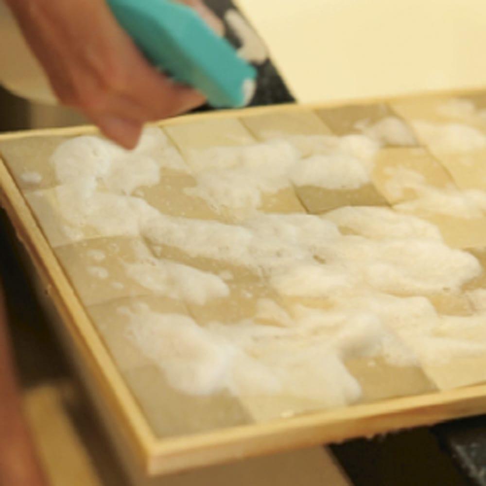 エッグタイルのバスマット 大判 お手入れ簡単! 普段のお手入れは立てかけておくだけ。汚れがついたら塩素系泡漂白剤を吹き付けてしばらく置き、洗い流して乾かすだけ。
