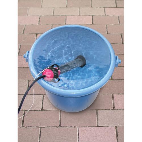 お風呂のハイパワーヒーター「沸かし太郎」 バケツに入れて湯を沸かすこともできるので、アウトドアや災害時にも活躍します。(水から沸かす場合は多少時間がかかります。本体全体が水に浸かる必要があります。)