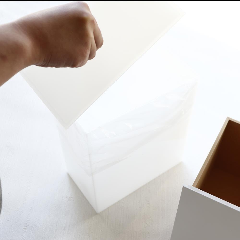 アクリルダストボックス付きマスク収納  コンパクトサイズ 本体内側にあるダストボックスの蓋は掛け落とし構造になっていますので、落ちずに安定して載せることが出来ます。