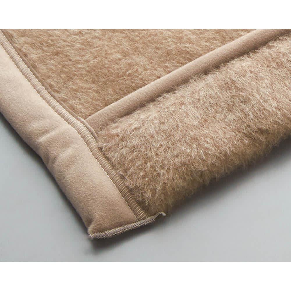 洗える無染色カシミヤ毛布(毛羽部)  ホワイトカシミヤ使用お得な掛け敷きセット 折り返して衿元ぽかぽか肩口もしっかり暖かい、折り返し仕様の衿元。顔や首に触れる部分もカシミヤで気持ちよく。 ※画像はブラウンカシミヤ掛け毛布です。お届けする掛け毛布はリバーシブルタイプです。