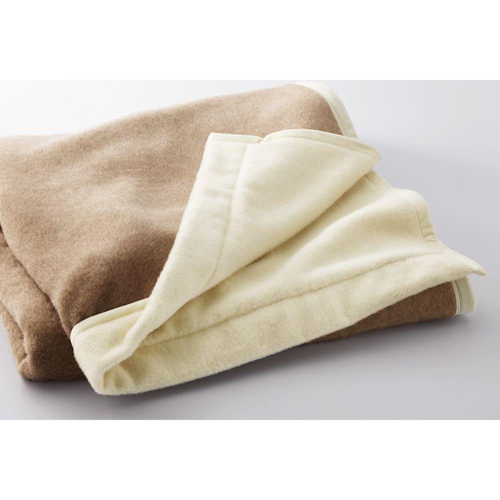 洗える無染色カシミヤ毛布(毛羽部)  ホワイトカシミヤ使用お得な掛け敷きセット 掛け毛布は片面~襟部にホワイトカシミヤを使用し、ツートンカラーを演出。お好きな面を上にしてお使いいただけます。
