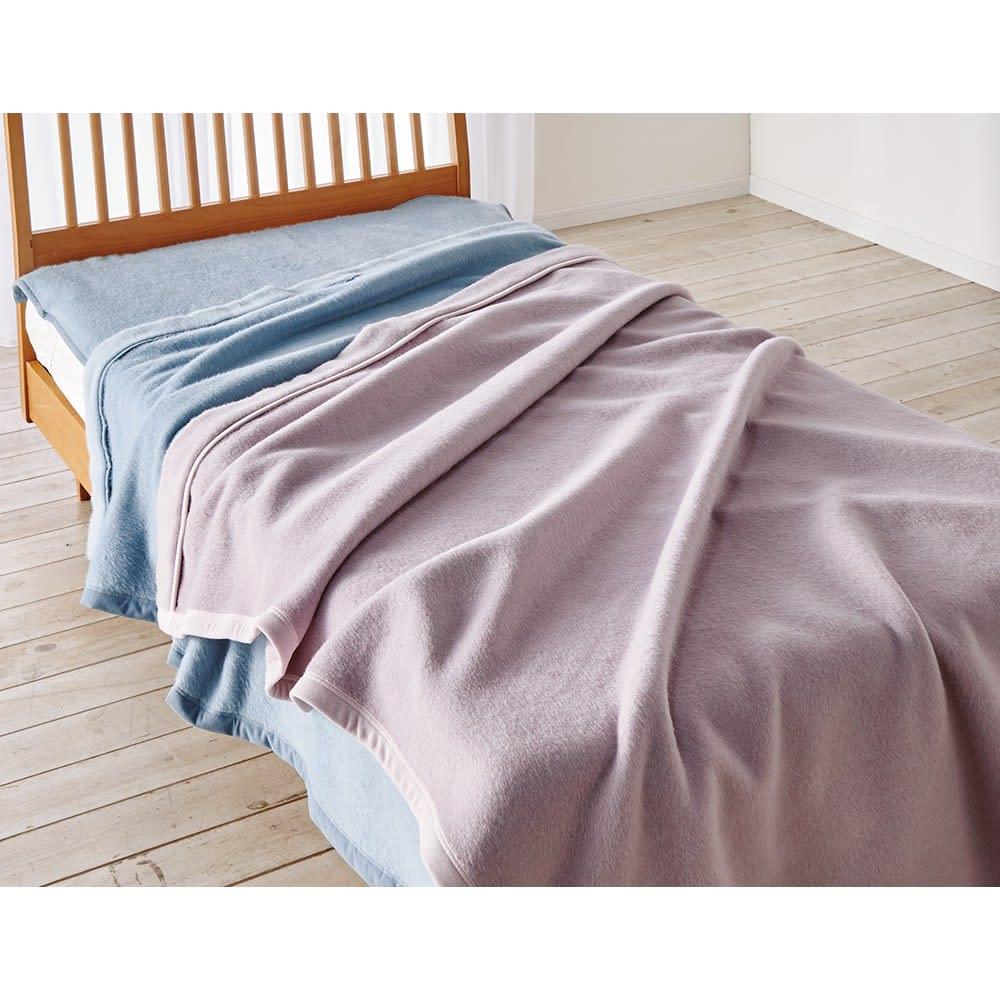 シルクのような光沢となめらかさ プレミアムベビーアルパカ敷き毛布 (イ)グレイッシュブルー 無染色のホワイトとグレイッシュなフレンチカラーの3配色をご用意。敷き毛布は腰や背中までポカポカに。