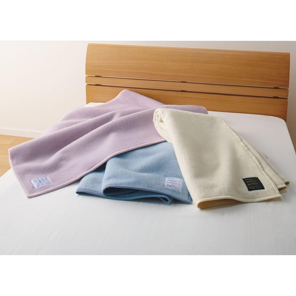シルクのような光沢となめらかさ プレミアムベビーアルパカ敷き毛布 左から(ウ)グレイッシュピンク (イ)グレイッシュブルー (ア)ホワイト 敷き毛布 冷えやすい背中や腰をやさしく暖めてくれる敷き毛布。グレイッシュなフレンチカラー3配色をご用意。