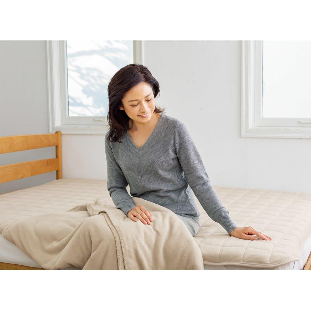 発熱するコットン「デオモイス」寝具シリーズ フランネルニットの敷きパッド (ウ)ベージュ 「毛布なのにこの薄さで温かいのがうれしいですね。敷きパッドも中わたに吸放湿性があるものを使用しているなんて、細部までのこだわりを感じます」