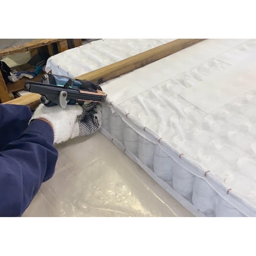 省スペース対応コンパクトチェストベッド(国産ボンネルコイルマットレス付き) レギュラー(長さ199cm) 熟練した職人の丁寧な手作業で裁断、縫製。枠線が入ることで型崩れを抑え、マットレスの端に座った時にも安定します。