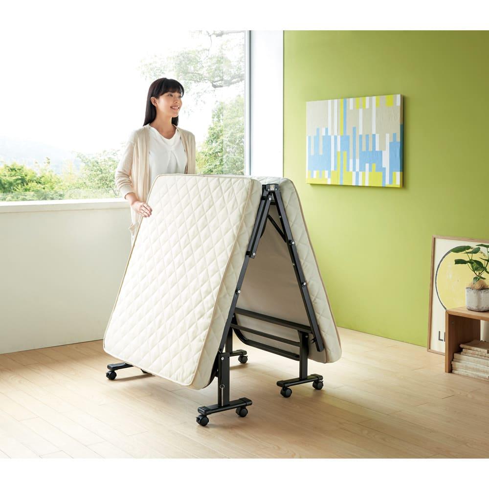 組立不要 立ち座りしやすい折りたたみベッド 中央を「ちょっと持ち上げる」だけで、ラクに折りたためます。