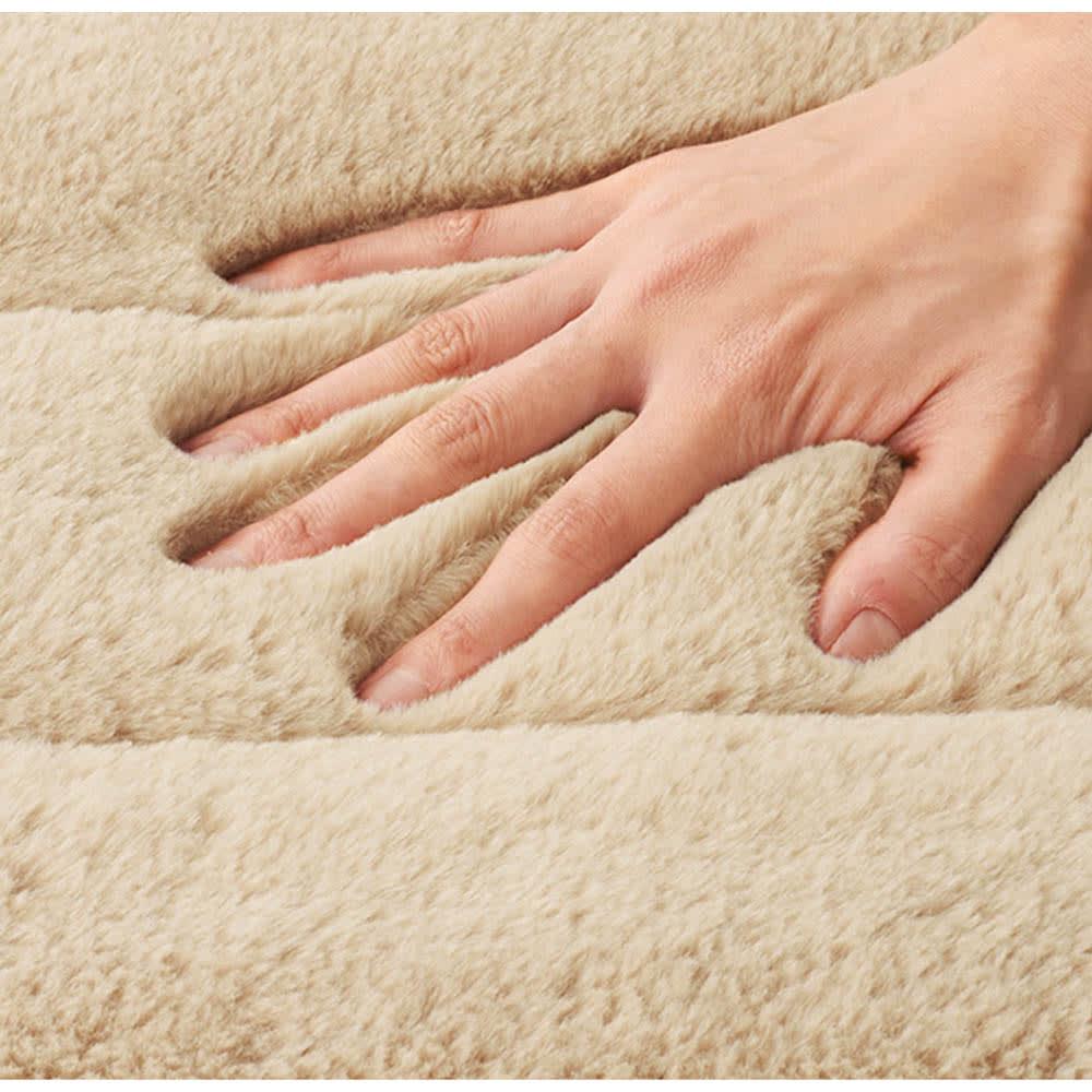 抗菌・防臭あったかファー調カバー マルチパッド (イ)ベージュ Texture…抗菌防臭の中わたとアルミ遮熱シート入りで冬にうれしい機能満載。しっとり柔らかで、とろけるような風合いが魅力のファー調起毛素材。