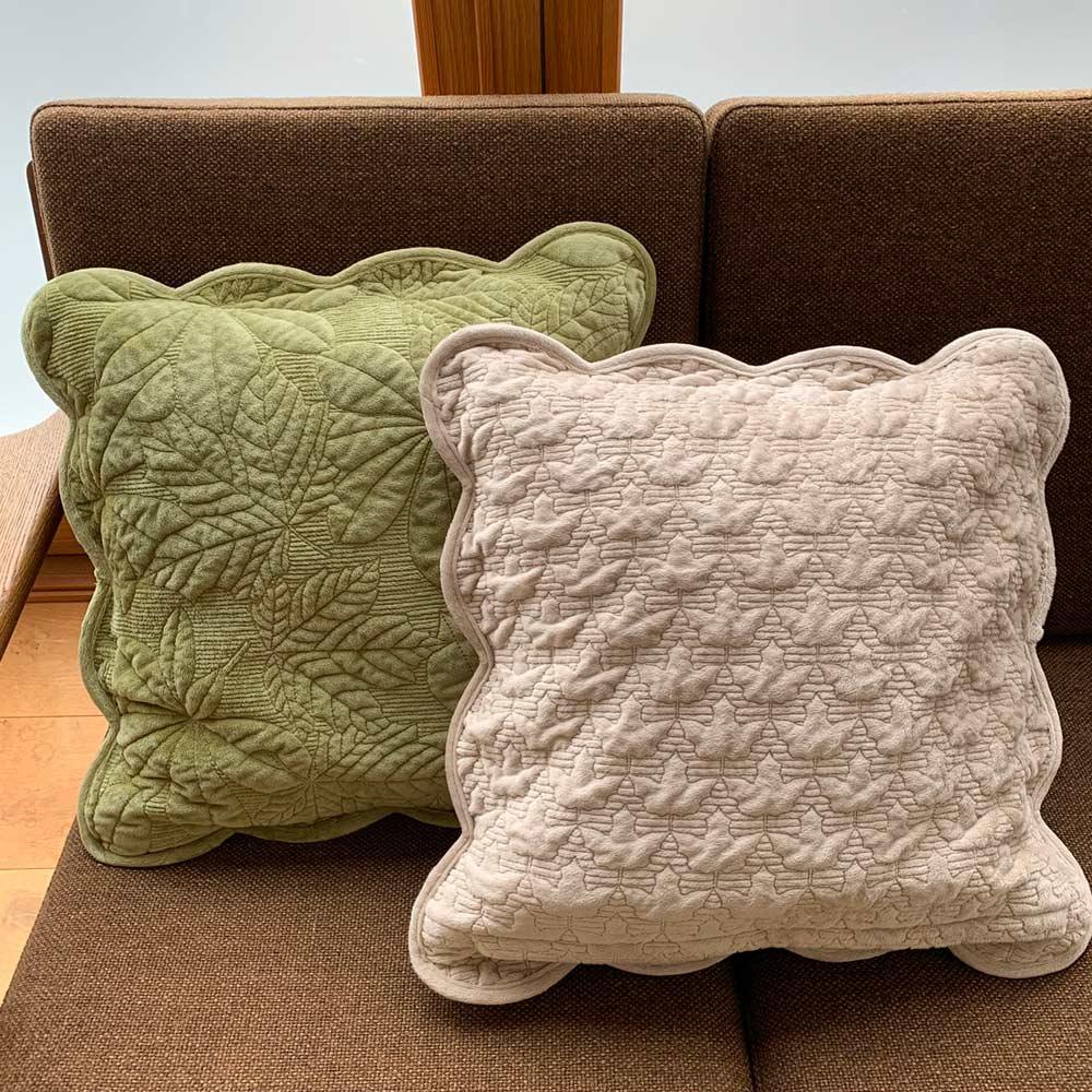メープルキルト起毛カバーシリーズ クッションカバー1枚 左から(ア)グリーン・表、(イ)ベージュ・裏 表と裏のキルトが異なるリバーシブルデザイン。裏面は小さなメープル柄になっています。