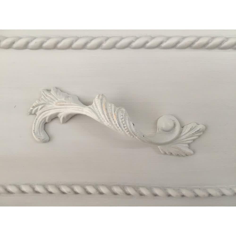 シャビーシック ホワイト フレンチ収納家具シリーズ チェスト 幅120 引き出しの取っ手には、流麗なデザインの装飾が施されています。
