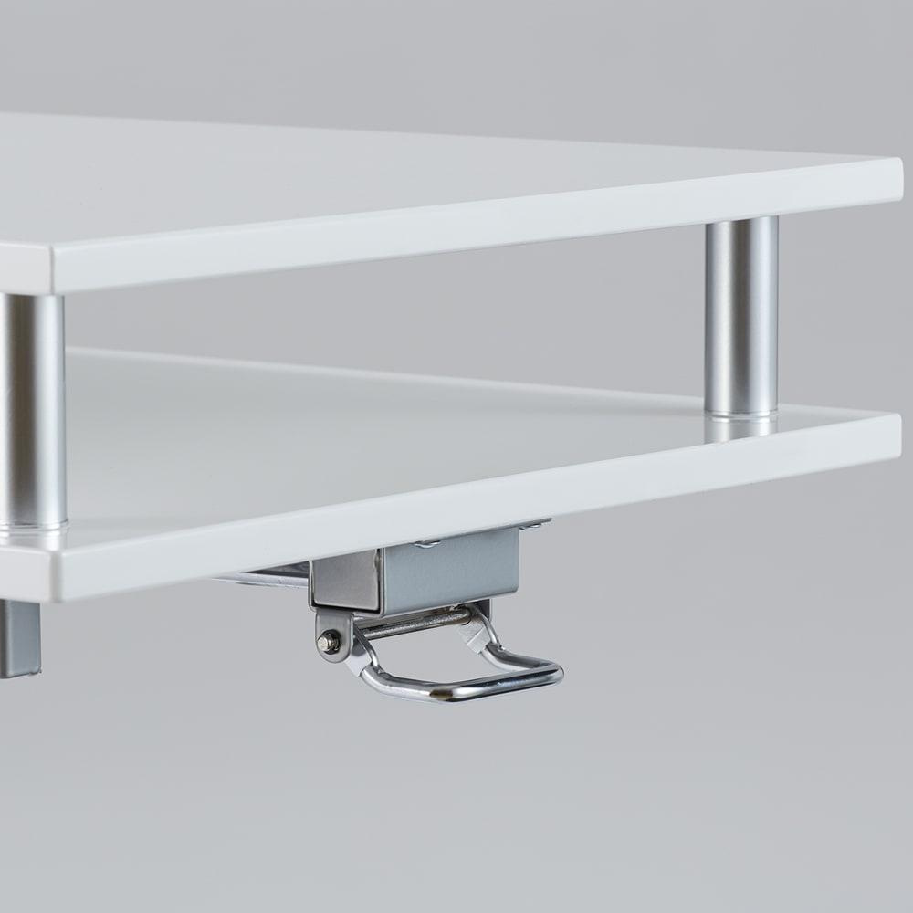 棚付き昇降式テーブル 幅120cm 天板下のレバー操作で天板を昇降させることができます。