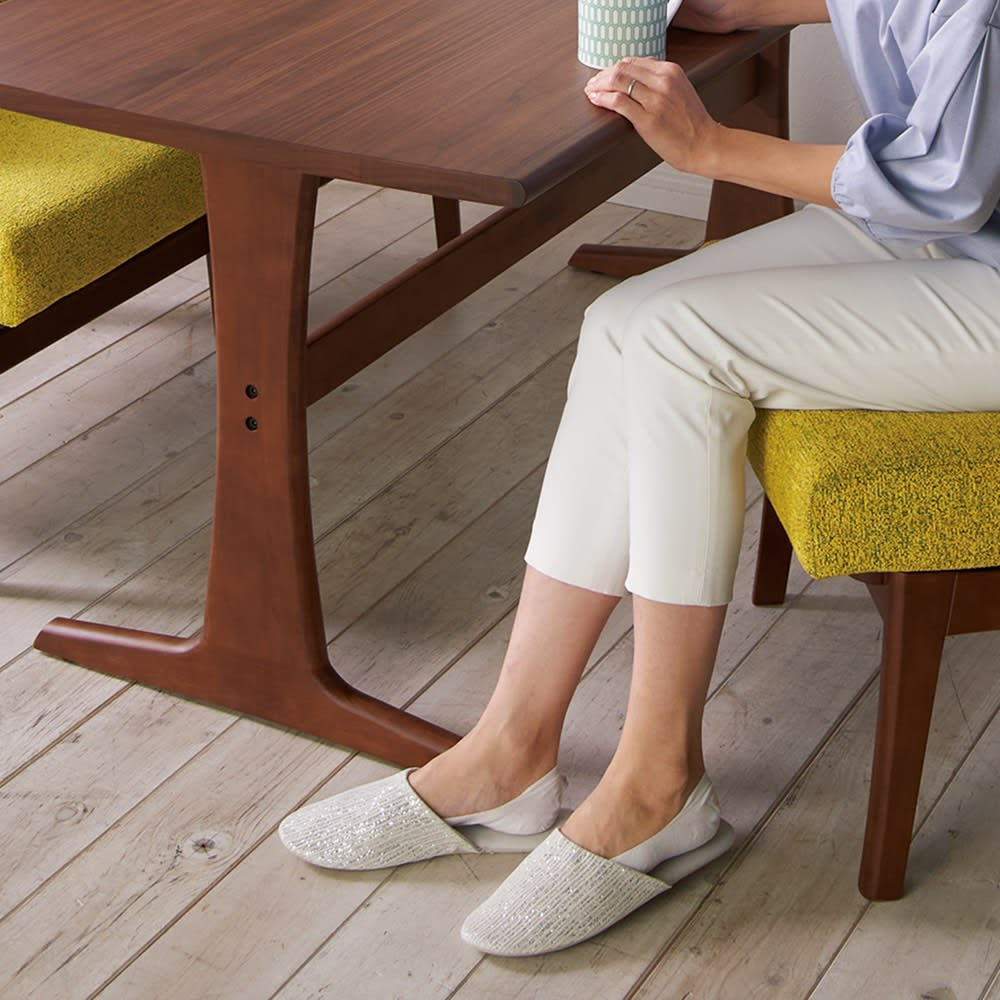 ゆったり寛げるリビングダイニングシリーズ テーブル T字型の脚で足の出し入れもラク。