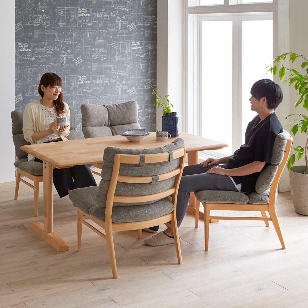 包まれる座り心地のリビングダイニング チェア2脚組 コーディネート例 食事が終わったあとも、ゆったりとダイニングでくつろぎ、会話を楽しむ暮らしを叶えることができます。 ※お届けはチェア同色2脚組です。
