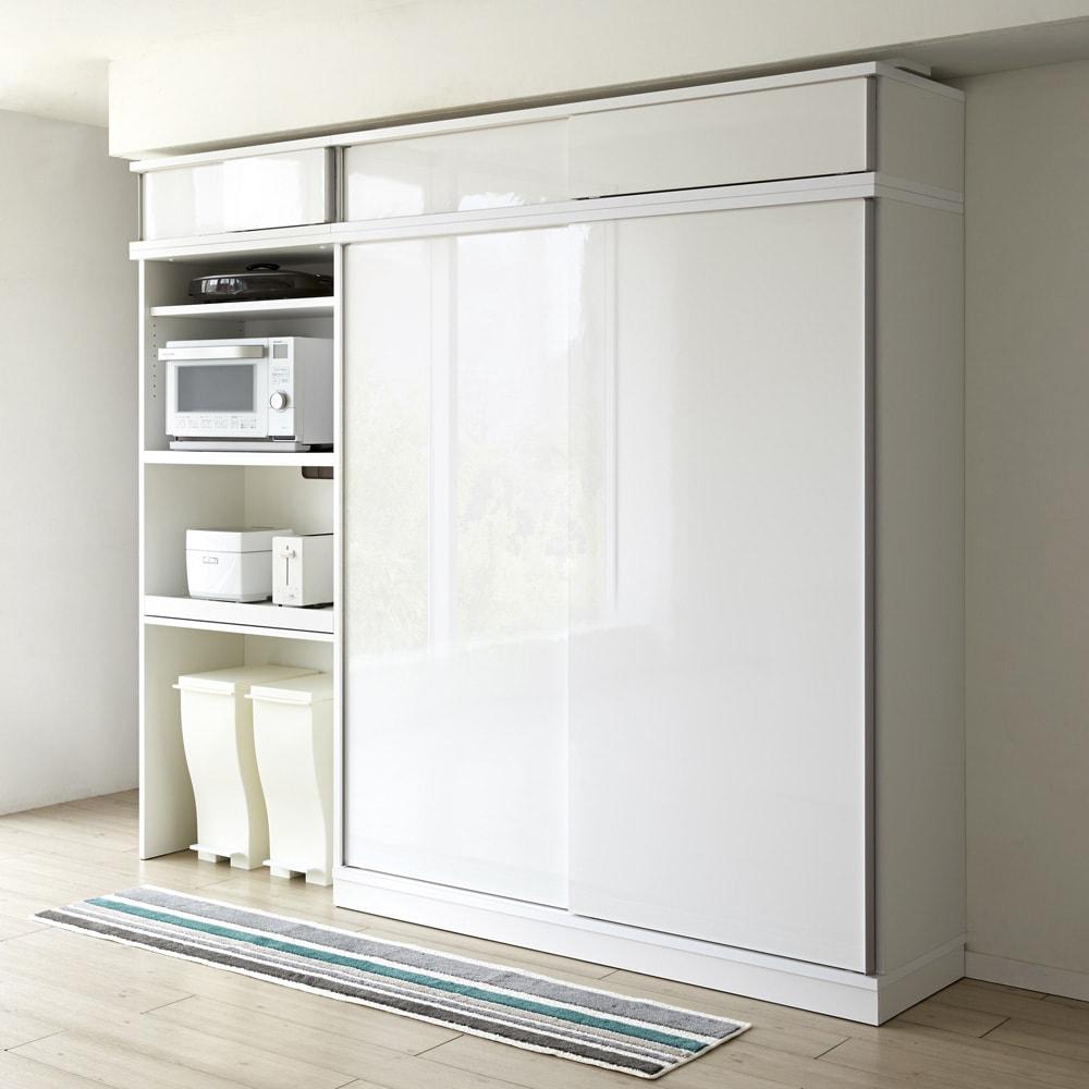 大型パントリーシリーズ スライド収納庫 板扉 幅148cm 扉を閉めれば透明感のある光沢が清潔感を感じさせるすっきりとした印象に。 ≪シリーズ組合せ例≫ ※写真の天井高さ210cm ※写真は同シリーズ幅148cmです。