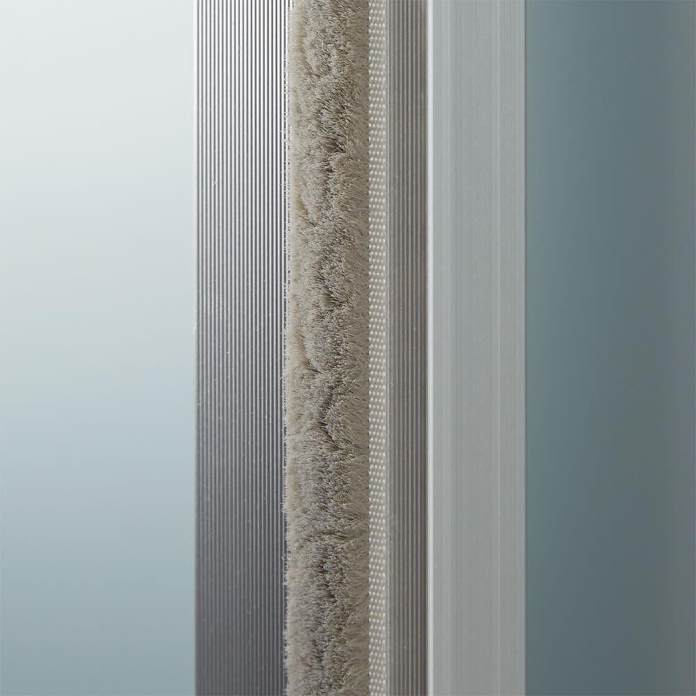 大型パントリーシリーズ スライド収納庫 ガラス扉 幅118cm 扉にはホコリ除けがついているので、大切な食器も清潔に収納できます。