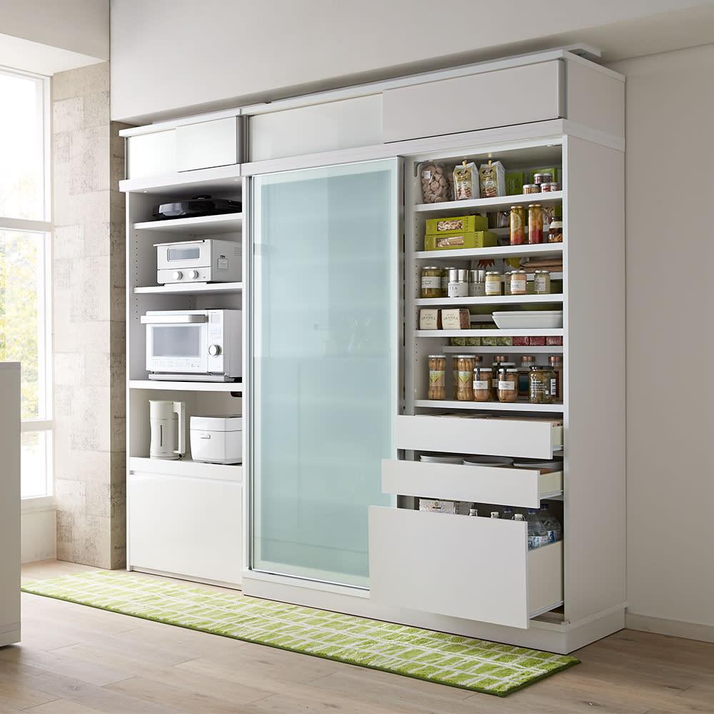 大型パントリーシリーズ スライド収納庫 ガラス扉 幅118cm コーディネート例(ア)ホワイト 開閉に場所を取らない引き戸式で、狭いキッチンでも活躍します。