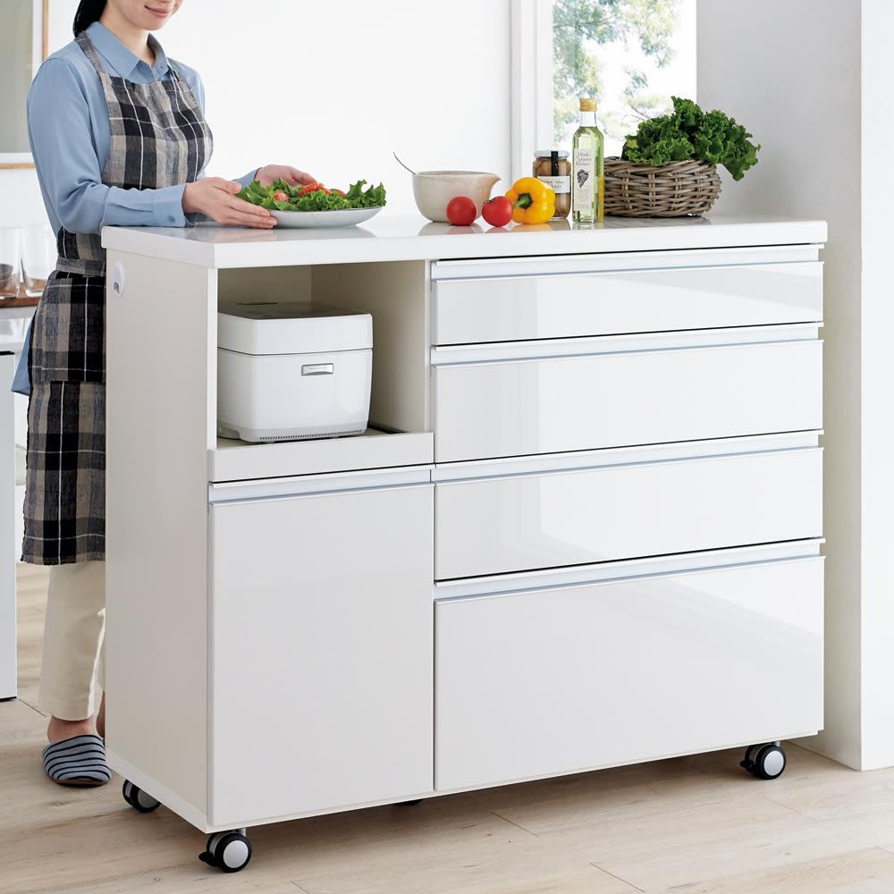 キッチンの間仕切りにも!家電が使いやすい腰高キッチンカウンター 幅120cm [パモウナ WH-120W] コーディネート例(ア)ホワイト ※キャスターのストッパーは必ず、正面からみて前側にくるように設置ください。