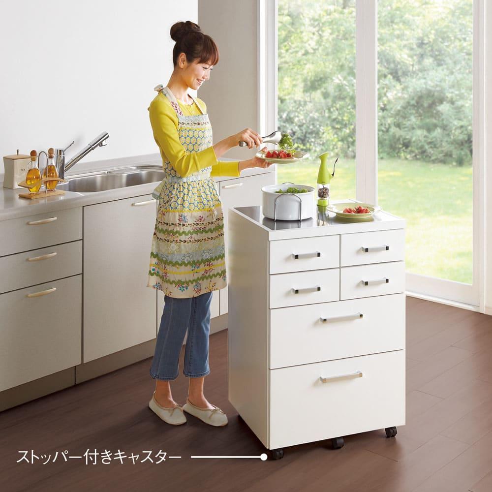 【分類して効率収納】引き出しいっぱいステンレストップカウンター 幅60cm 使用イメージ(ア)ホワイト