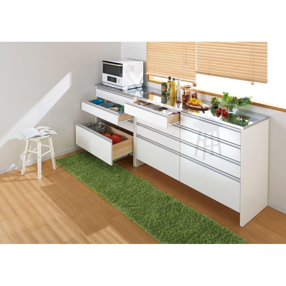 ステンレストップ間仕切りカウンター 幅150cm ふかふかのキッチンマットも無理なく敷けます。