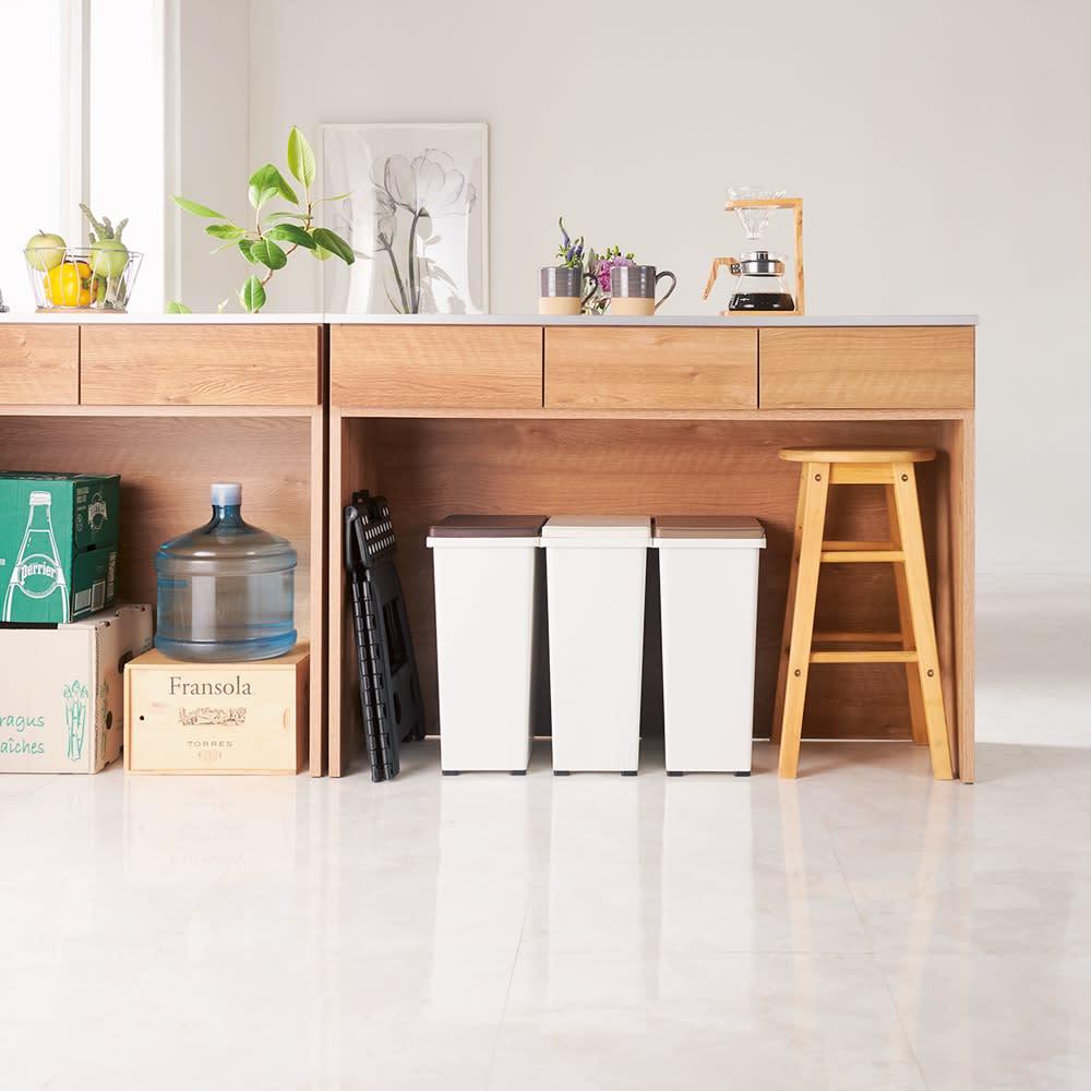 ステンレストップ間仕切りカウンター 幅139cm キッチンを狭くしていたゴミ箱や買い置きがきれいに片付くオープン収納。床から引き出し下までの高さ66cm。