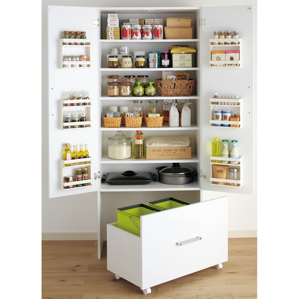 引き出して使える頑丈ワゴン付き キッチンストッカー 幅75cm 頑丈底板のワゴンにはゴミ箱を入れてもOK!!まるで造り付けの家具の様に使えます。※ペールは付属していません。